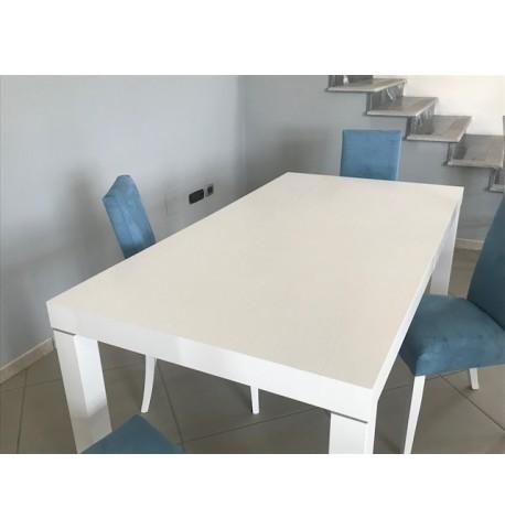 Tavolo in legno bianco con 4 sedie rivestite in tessuto Alcantara ...